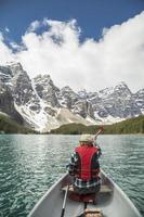 canoë sur le lac moraine photo