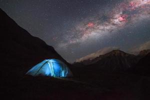 tente touristique dans les montagnes. photo
