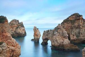 paysage marin dans une longue exposition. plage de lagos ponta da piedade. photo