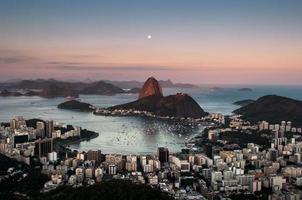 montagne de pain de sucre avec la lune au-dessus, rio de janeiro