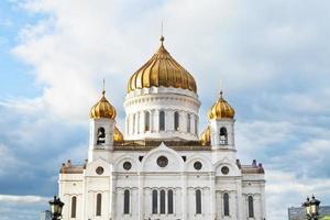 La cathédrale du Christ Sauveur sous un ciel bleu nuageux photo