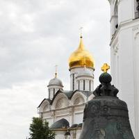 Croix d'or sur la cloche du tsar au Kremlin de Moscou photo