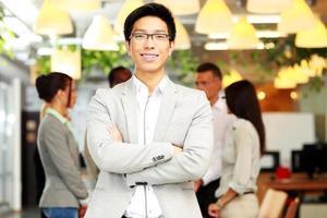 portrait, de, homme affaires souriant, à, bras croisés photo