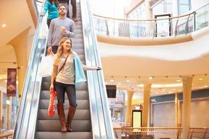 femme, acheteur, escalator, centre commercial