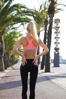 jeune femme athlétique au repos après l'entraînement en plein air photo