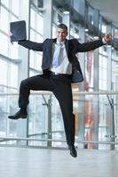 homme d'affaires heureux saute en l'air photo