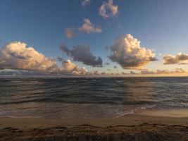 lever du soleil à la plage de newcastle bay, nevis
