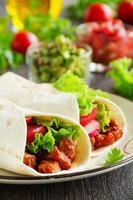 burrito au porc et tomates.