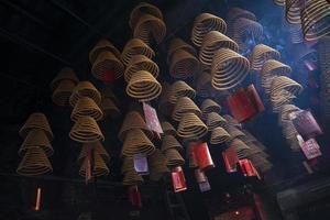 bobines d'encens brûlant dans un temple