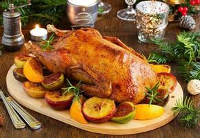 canard de Noël festif cuit avec des pommes et des figues.