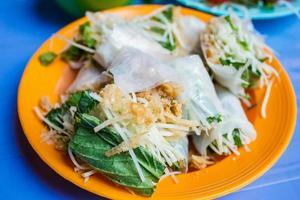 cuisine de rue vietnamienne, légumes frais avec peau de canard croustillante