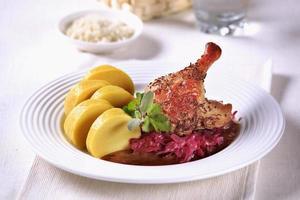 cuisses de canard rôti au chou braisé et quenelles de pommes de terre