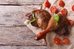 deux cuisses de canard rôties au basilic et aux tomates photo
