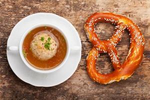 speckknoedel, une boulette tyrolienne en bouillon photo