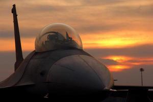 f16 sur fond de coucher de soleil
