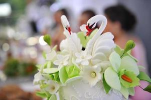 dessus de gâteau de mariage, cygnes de décoration. photo