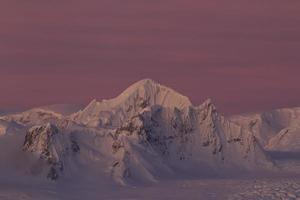 Shackleton Peak dans une chaîne de montagnes dans l'Antarctique photo