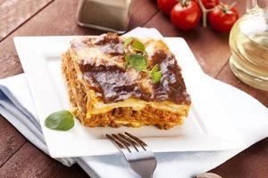 portion de savoureuse lasagne sur une plaque