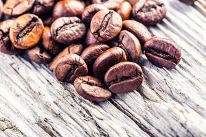 grains de café sur fond en bois de grunge. photo