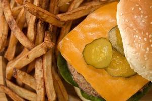 hamburger avec frites de pommes de terre photo