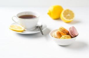 macarons français colorés avec une tasse de thé.