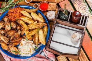 grande assiette avec des ailes de poulet frites