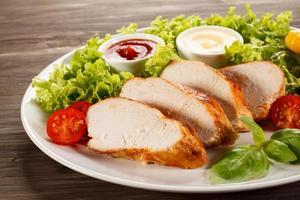filets de poulet rôti et légumes