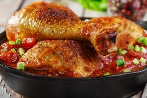 cuisses de poulet au four avec sauce tomate photo