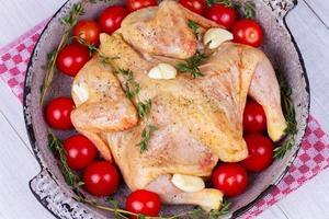 poulet cru entier frais préparé pour le rôti photo