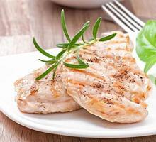 poitrines de poulet grillées et légumes photo