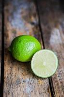 citron vert sur fond de bois