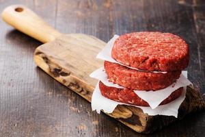 steak haché de boeuf haché cru photo