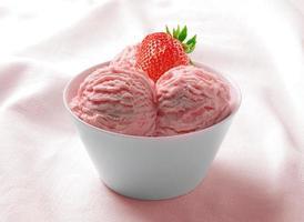 crème glacée aux fraises dans la tasse en céramique