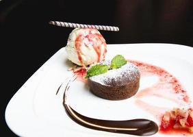 gâteau au chocolat avec glace photo