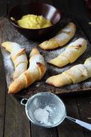 croissants et crème faits maison photo
