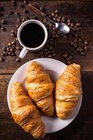 café et croissant photo