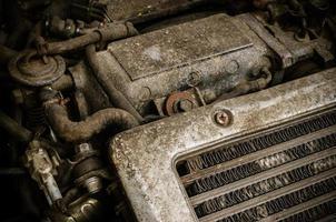 vieux moteur de voiture sale photo