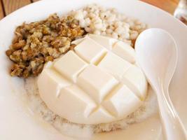 pudding de tofu avec des haricots verts et des larmes de travail