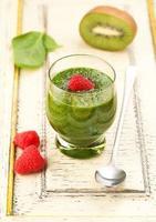 smoothie vert aux épinards, kiwi et framboises. super aliments