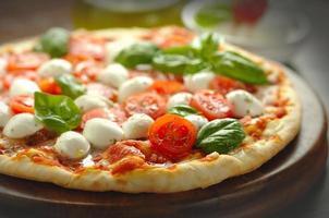 pizza aux tomates et mozzarella fraîchement cuite photo