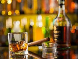 boisson au whisky avec clé de voiture photo
