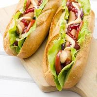 hot-dogs sur une table en bois