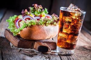 délicieux hot-dog avec boisson fraîche photo