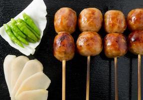 délicieuses saucisses grillées à la thaïlandaise sur une brochette de bambou