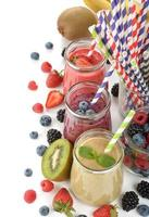 divers smoothies aux fruits rouges photo