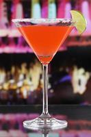 cocktail martini rouge dans un verre dans un bar