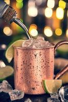mule froide de moscou - bière de gingembre, citron vert et vodka photo