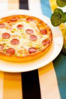 pizza aux saucisses photo