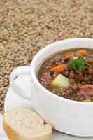 ragoût de soupe aux lentilles avec de nombreux gros plan de lentilles photo