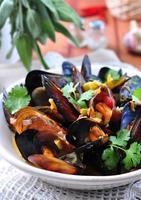 soupe de moules sauvages au vin blanc, légumes, sauge, coriandre photo